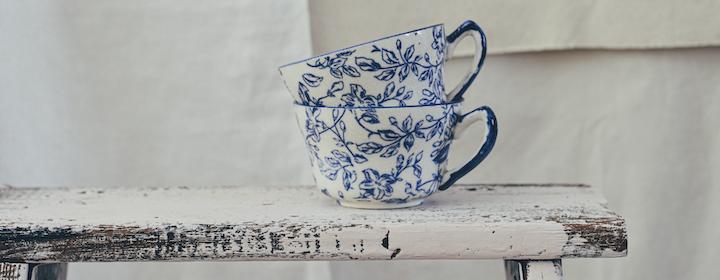Teacups_on_bench_debby-hudson-unsplash.png